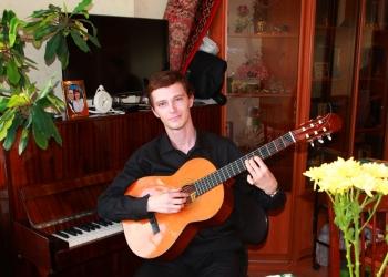 С гитарой.JPG